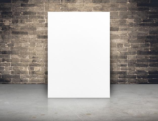 Leeres weißbuchplakat an der schmutzbacksteinmauer und am konkreten boden
