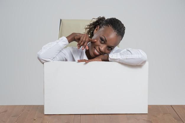 Leeres weißes brett des afrikanischen geschäftsfrauporträt-arbeitsplatzes