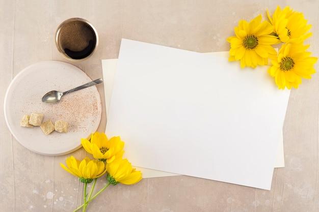 Leeres weißes hochzeits- oder grußkartenmodell auf rosa weinlese-tabelle