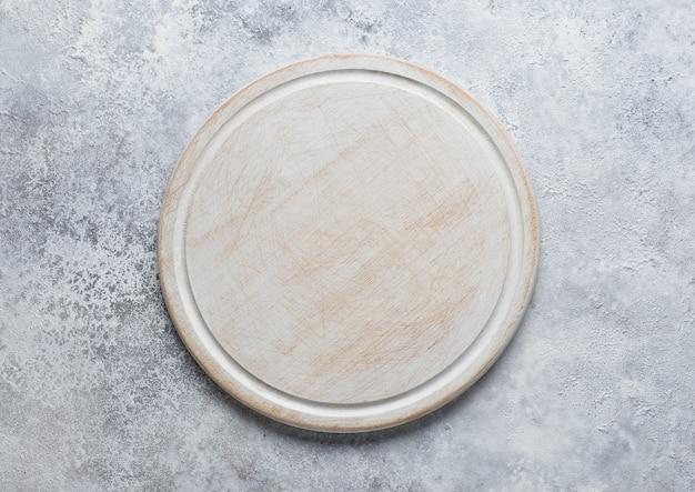 Leeres weißes holzschneidebrett auf küchentisch, ansicht von oben