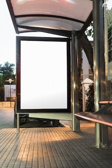 Leeres weißes modell der vertikalen anschlagtafel der bushaltestelle