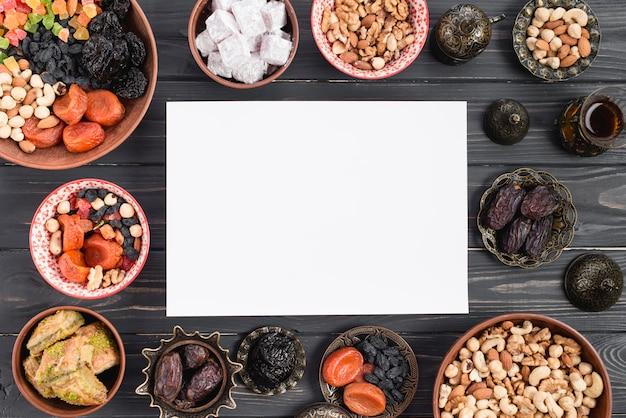 Leeres weißes papier für das ramadan-kareem mit premium-daten; trockenfrüchte und arabische süßigkeiten
