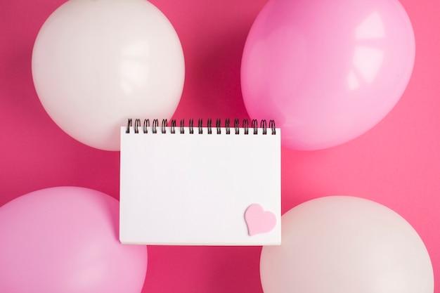 Leeres weißes papier für text, rosa und weiße luftballons