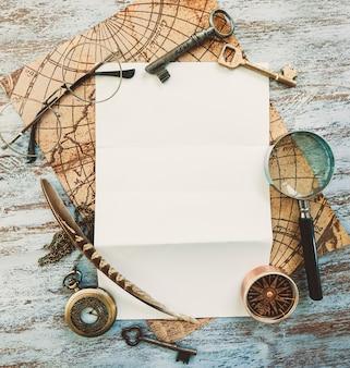 Leeres weißes papier mit reise-vintage-accessoires
