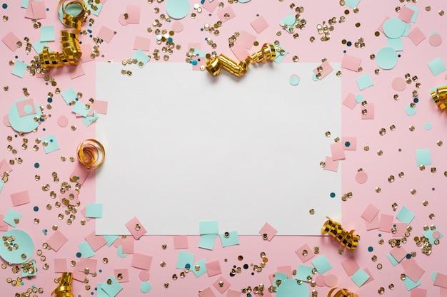 Leeres weißes papier, umgeben von konfetti