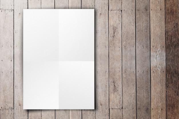 Leeres weißes plakat, das an der hölzernen plankenwand des schmutzes hängt
