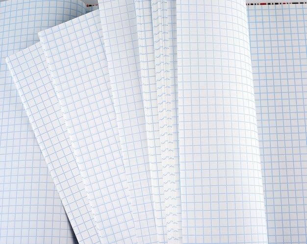 Leeres weißes quadratisches notizbuchpapierblatt