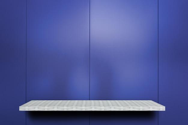 Leeres weißes regal auf blauem metall shiney hintergrund für produktanzeige