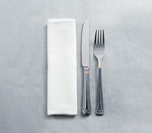 Leeres weißes serviettenmodell des restaurants mit messer und gabel, isoliert