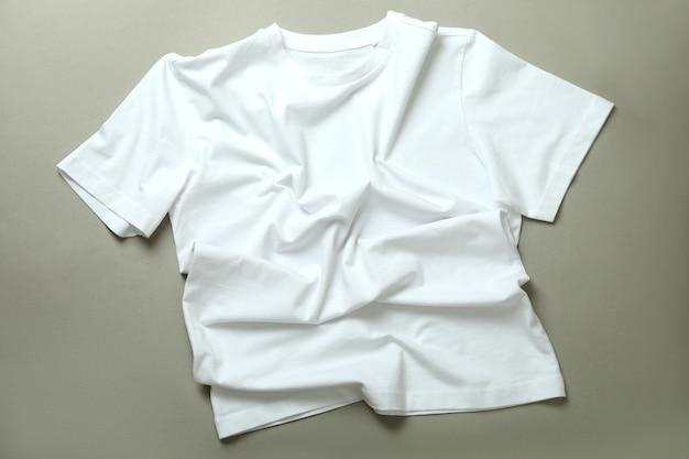 Leeres weißes t-shirt auf grauem hintergrund