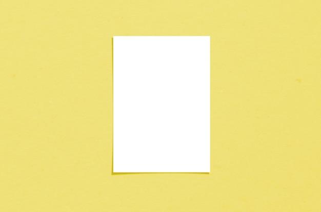 Leeres weißes vertikales papierblatt 5x7 zoll mit schattenauflage. moderne und stilvolle grußkarte oder hochzeitseinladung verspotten.