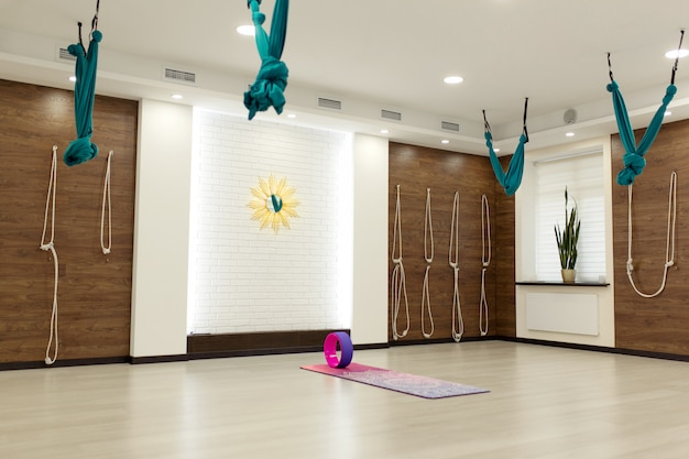 Leeres yoga und fitnessstudio