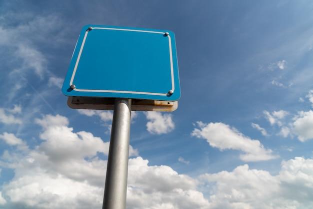 Leeres zeichen mit blauem himmel.