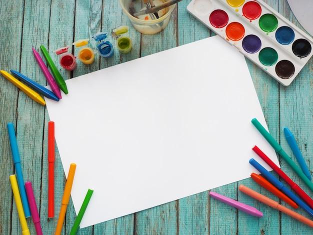 Leeres zeichenpapier mit farben und bleistiften