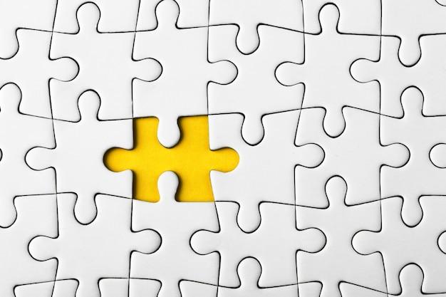 Lege das letzte puzzleteil, um die mission abzuschließen, auf gelb