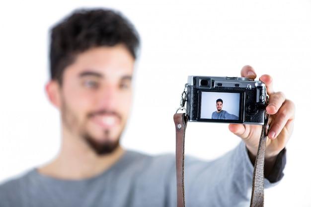 Legerer mann, der ein selfie nimmt