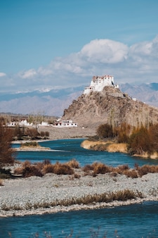 Leh tempel und fluss in leh ladakh, indien