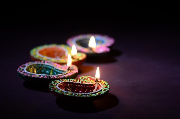Lehm diya lampen beleuchteten während der diwali feier. grußkarte indian hindu light festival namens diwali