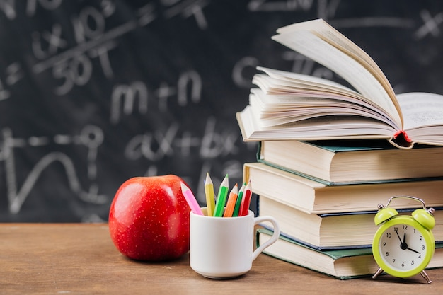 Lehrbücher am lehrertisch