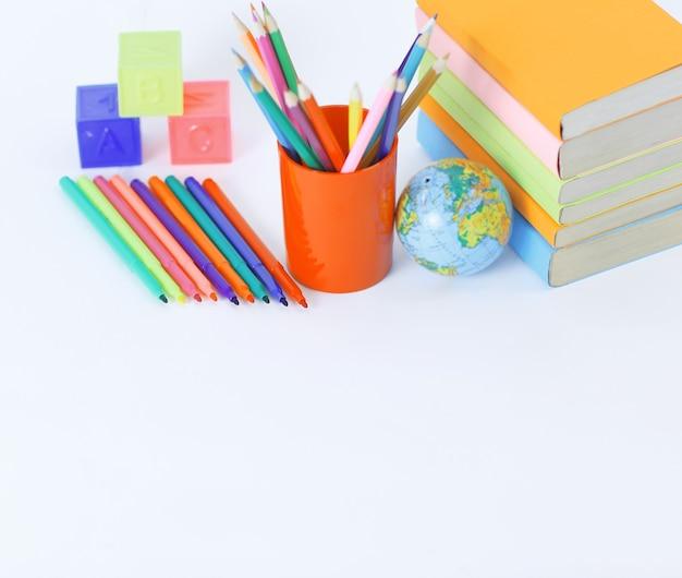 Lehrbücher und schulmaterial auf weißem hintergrundfoto mit kopienraum