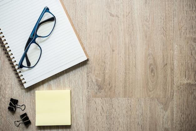Lehrer brille mit notebook, haftnotizen und clips