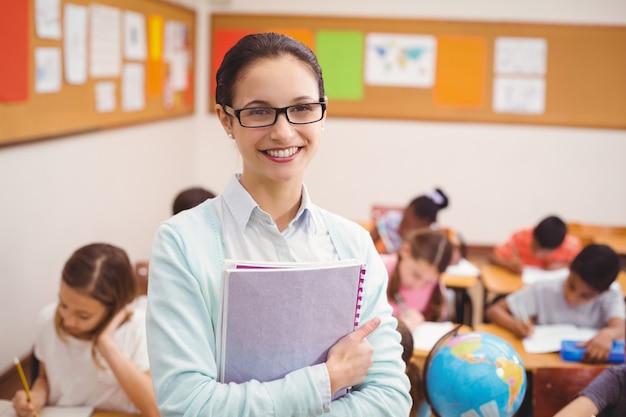 Lehrer, der an der kamera im klassenzimmer lächelt