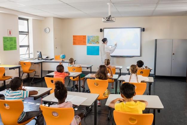 Lehrer, der ihren kursteilnehmern lektion gibt