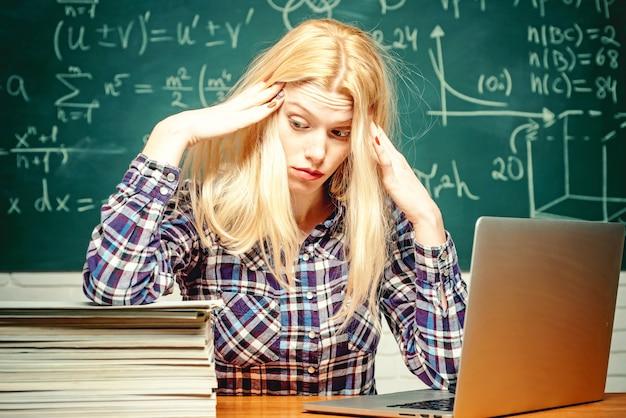 Lehrer, der im unterricht überfordert aussieht