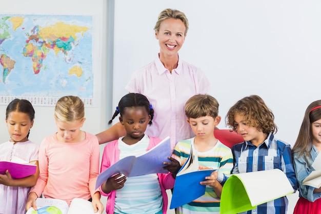 Lehrer, der kinder im klassenzimmer unterstützt