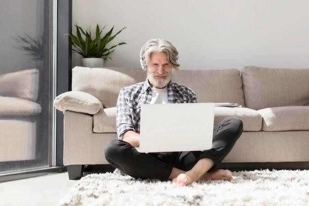 Lehrer, der mit laptop am boden bleibt