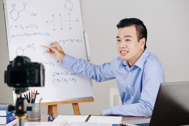 Lehrer, der online-unterricht hostet