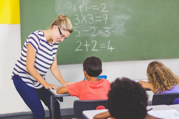 Lehrer, der schulkindern im klassenzimmer mathematik beibringt Premium Fotos