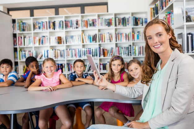 Lehrer, der tablette mit schülern verwendet