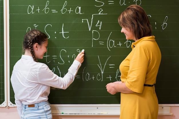 Lehrer erklärt dem mädchen die lektion