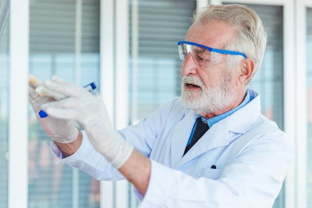 Lehrer für lehrer, die mit transparenten glasbrettchemikalien im labor arbeiten