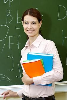 Lehrer halten einige bücher