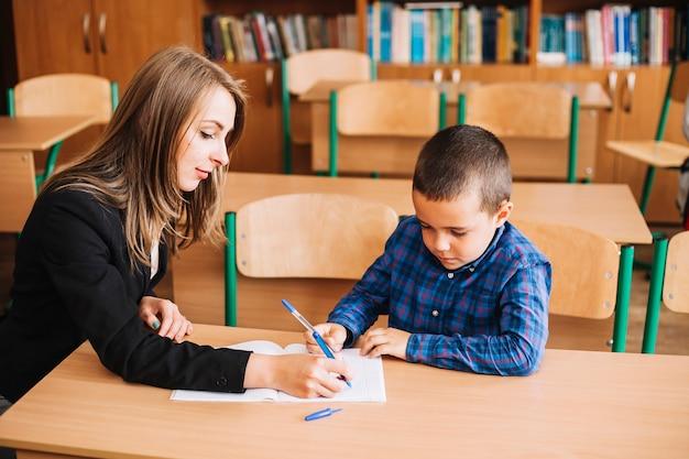 Lehrer helfen dem schüler