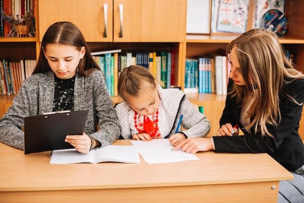 Lehrer helfen schülern