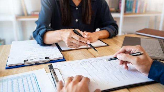 Lehrer helfen sich gegenseitig im klassenzimmer