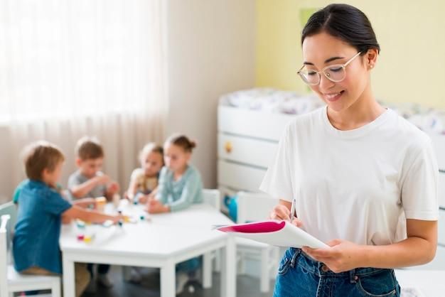 Lehrer macht sich während des unterrichts notizen