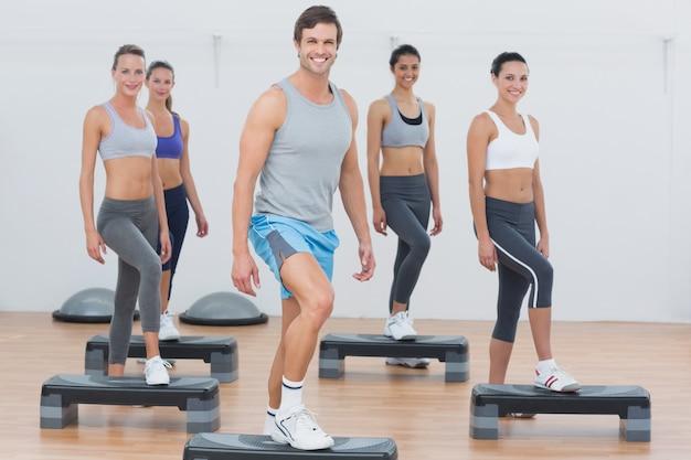 Lehrer mit der eignungsklasse, die schritt-aerobicübung durchführt