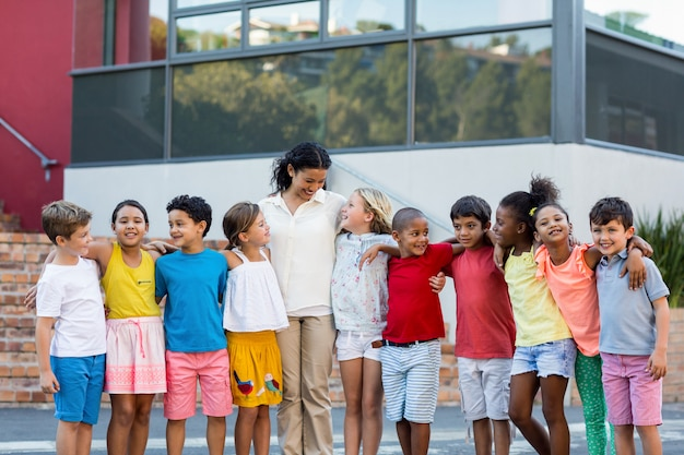 Lehrer mit kindern, die außerhalb der schule stehen
