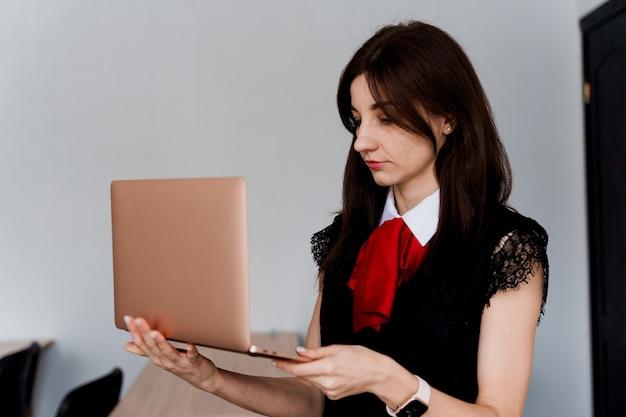 Lehrer mit laptop. . ausländische schule privatstudium mit einer schulfrau. der lehrer erklärt die grammatik der muttersprache mit dem laptop.