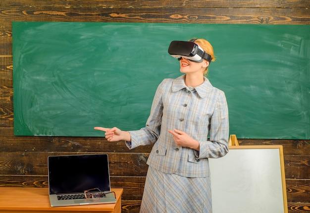 Lehrer mit laptop-lehrer in vr-headset mit laptop zurück zur online-bildung der schule