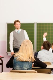 Lehrer mit schüler im schulunterricht