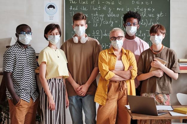 Lehrer mit schülern, die in der schule stehen