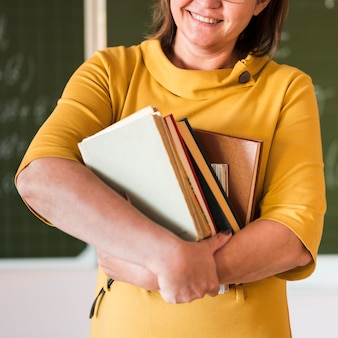 Lehrer mit stapel bücher nahaufnahme