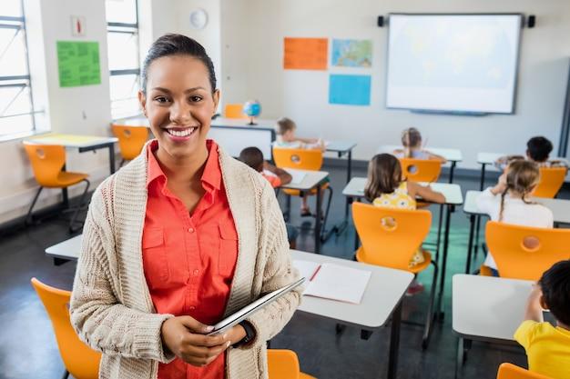 Lehrer posiert mit ihrem tablet