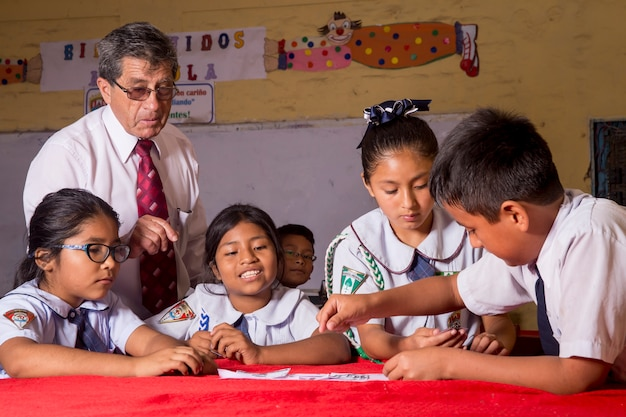 Lehrer und gruppe von kindern