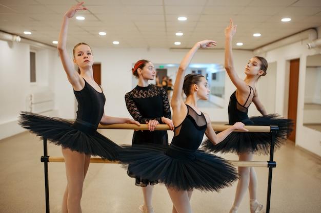 Lehrer und junge ballerinas, leistung im unterricht